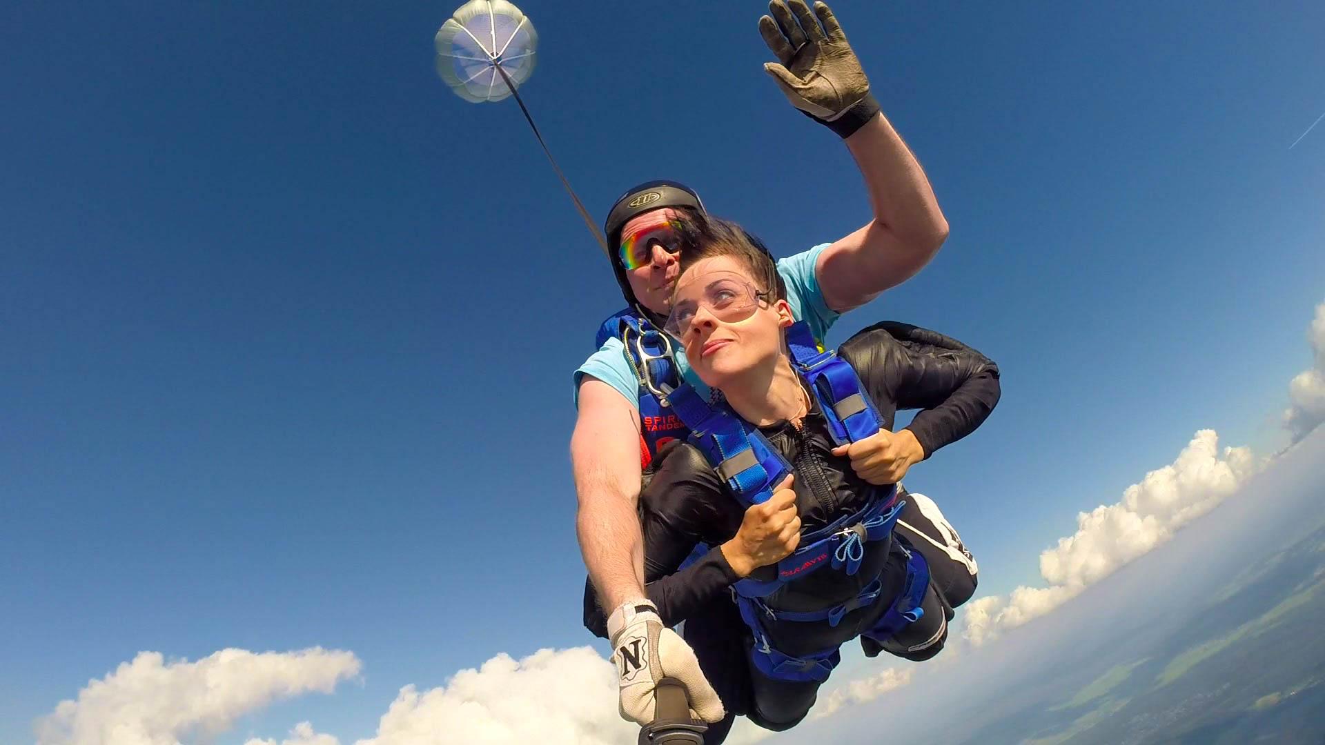 Прыжок голышом с парашютом